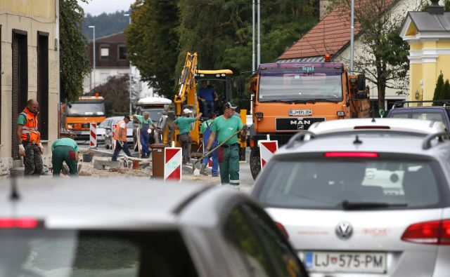 Dela na Vodnikovi povzročajo prometne zastoje. FOTO: Matej Družnik/Delo