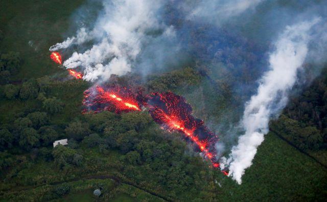 Zemlja je geološko zelo živa in prav to je omogočilo razvoj življenja. Na fotografiji prodiranje lave na površje izpod vulkana Kilauea na Havajih. Foto Reuters