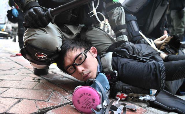 Celo ko so pripadniki varnostnih sil proti demonstrantom uporabili gumijaste krogle, so posledice občutili vsi, ki so se znašli na njihovi poti. FOTO: Anthony Wallace/AFP