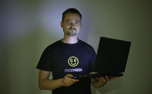 Programer Matjaž Škorjanc nima prav lahkega življenja, njegovo delo ga je spravilo v zapor, leta 2017 je njegova družba Nicehash izgubila milijone kriptovalut, zdaj pa mu grozi do 50 let zapora v ZDA. FOTO: Jože Suhadolnik/Delo
