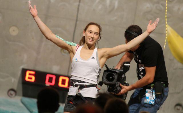 Nadobudni plezalci bi radi bili kot Janja Garnbret. Doslej so njene mojstrovine lahko gledali tudi v Kranju, kjer tekme prihodnje leto, kot kaže, ne bo. Pred domačimi navijači je bila štirikrat na stopničkah. FOTO: Tomi Lombar/Delo