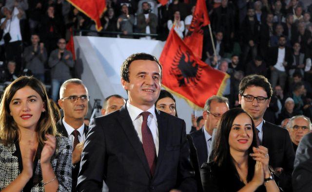 Čeprav med kandidati za premierja prepričljivo vodi Albin Kurti, njegova morebitna zmaga še ne pomeni, da bo postal mandatar. FOTO: Laura Hasani/Reuters