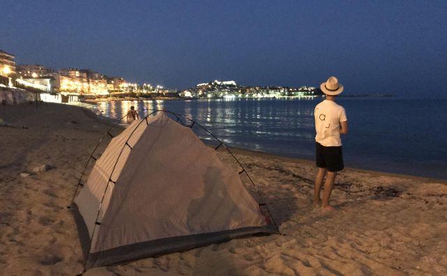 Zaradi divjega kampiranja nista imela težav, sta pa vestno šotor postavila šele ob mraku in ga že zgodaj zjutraj pospravila. FOTO: osebni arhiv