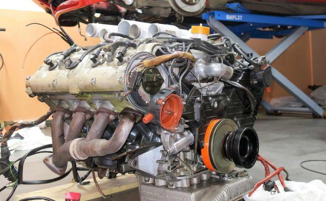 Strošek nakupa novega ali obnovljenega motorja in njegove vgradnje je lahko resen finančni udarec za lastnika avtomobila.