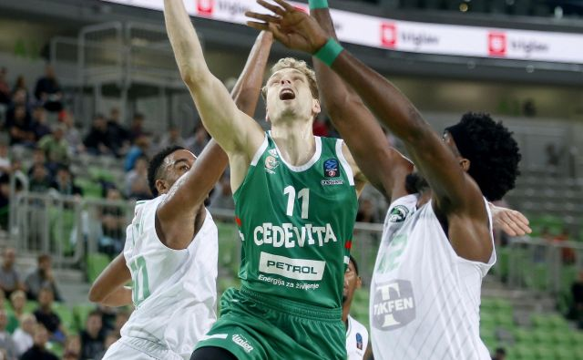 Jaka Blažič se je boril na vso moč, a tokrat ni bil pri metu (za dve 1:6, za tri 2:5). FOTO: Roman Šipić/Delo