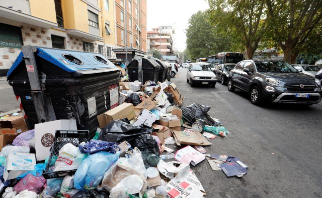 Rim se že dolgo spopada s pomanjkanjem centrov za predelavo odpadkov, nestabilne razmere v mestni komunalni družbi Ama pa utegnejo večno mesto potopiti v smeteh. FOTO: Remo Casilli/Reuters