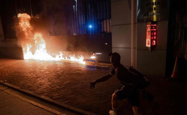 Izgredniki so na protestu znova uporabili molotovke. FOTO: Nicolas Asfouri/AFP