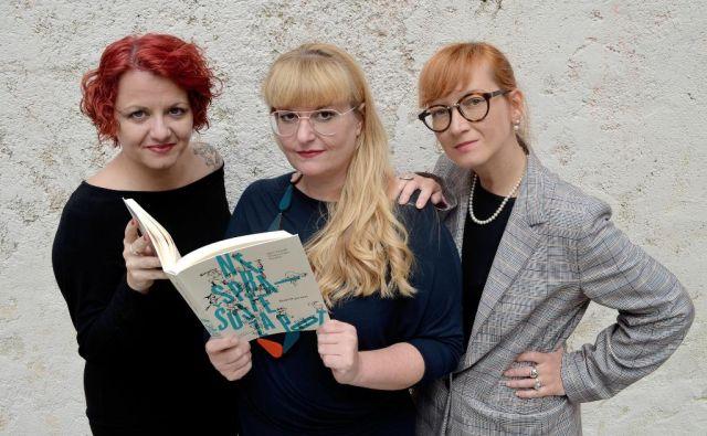 »Blodnik« je neologizem, ki smo ga krvavo potrebovali, pravijo avtorice Agata Tomažič, Tamara Langus in Teja Kleč. FOTO: Milanka Fabjančič