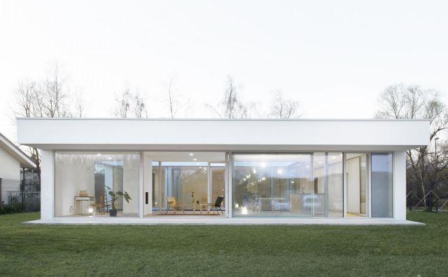 Hiša je na prvi pogled videti kot enostaven, nizek pravokotnik, dolg 22 metrov in širok 13 metrov, v resnici pa je zasnovana v obliki črke U. Fotografije biro Arhitektura