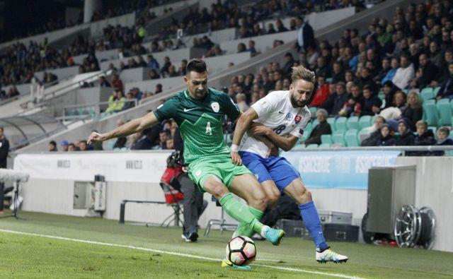 Miral Samardžić (levo) je za Slovenijo igral tudi ob zmagi z 1:0 proti Slovaški v kvalifikacijah za SP leta 2018, zadnji reprezentančni nastop pa je imel proti Škotski marca 2017. FOTO: Leon Vidic/Delo