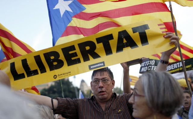 Člane iniciativne skupine skrbi, ker španske oblasti že dve leti v priporu zadržujejo devet katalonskih civilnodružbenih in političnih voditeljev. FOTO: Pau Barrena/AFP