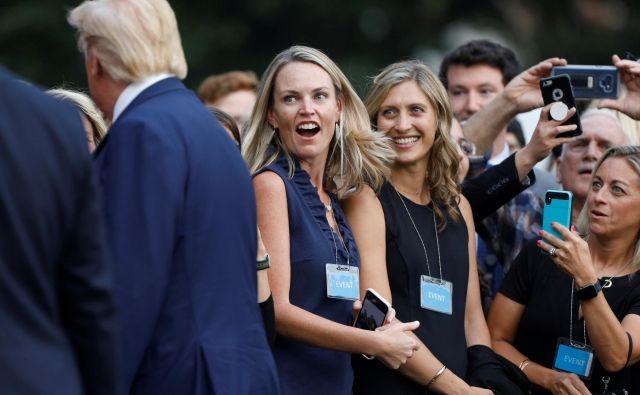 Zelo ekpresivna obrazna mimika mladih podpornic ameriškega predsednika Donalda Trumpa pred Belo hišo v Washingtonu. FOTO: Tom Brenner/REUTERS