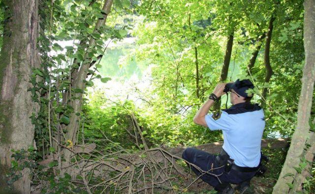 Policist na preži na bregu mejne reke Kolpe. FOTO: PU Novo Mesto