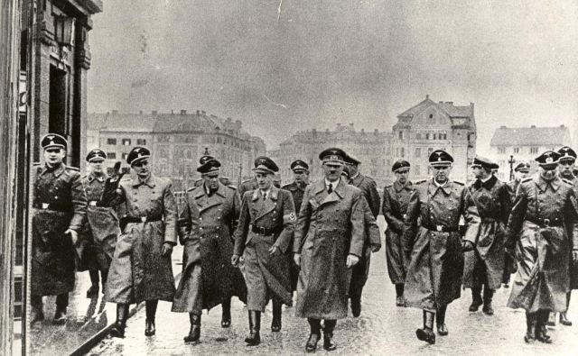 Hitler je bil odvisen od eukodala, opiata, močnejšega od heroina. Vsak dan je od svojega osebnega zdravnika Thea Morella dobival injekcije z najrazličnejšimi dopinškimi sredstvi, hormonskimi preparati in trdo drogo. FOTO: Dokumentacija Dela
