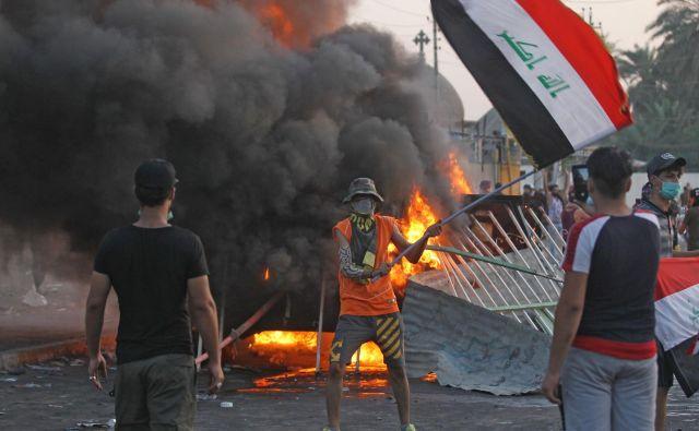 Ajatola Ali al Sistani, vodja šiitske skupnosti v Iraku, je včeraj podprl proteste in pozval oblasti, naj ustavijo nasilje. FOTO: AFP