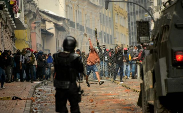 Med včerajšnjimi protesti v glavnem mestu Ekvadorja so se soočili demonstranti in policisti. FOTO: Rodrigo Buendia/AFP