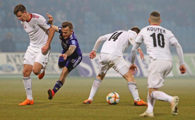 Mariborsko-soboški dvoboji so postali ena od poslastic 1. SNL, v kateri vijolična desetica Dino Hotić v tej sezoni stopnjuje odlično formo, toda tudi Sobočani jo. FOTO: Tadej Regent/Delo