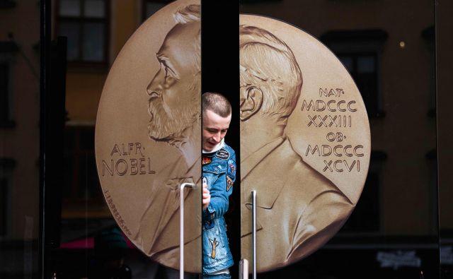 Danes bo znan letošnji dobitnik Nobelove nagrade za medicino. Do konca tedna sledijo še razglasitve nagrad za fiziko, kemijo, literaturo – letos bodo podelili dve – in mir ter v ponedeljek za ekonomijo. Foto AFP