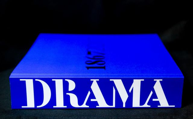Modra knjiga govori tudi o zgodovini slovenskega gledališča. Foto Andrej Hanžekovič Delo