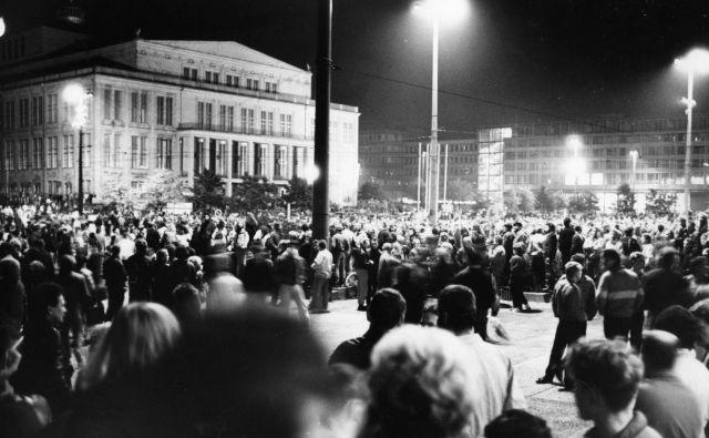 Na današnji dan pred tridesetimi leto se je na ulicah in trgih Leipziga zbralo 70 000 ljudi in protestiralo proti komunističnemu režimo. Štiri tedne pozneje je je padel berlinski zid.<br /> Zbralo se je 70.000 ljudi. Foto Wikipedija
