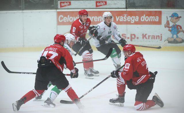 Jeseniški hokejisti ( v rdečih dresih) so se veselili zmage proti Dunajčanom, ljubljanski zmaji pa so izgubili na avstrijskem zahodu z Bregenzerwaldom. FOTO Jure Eržen/Delo