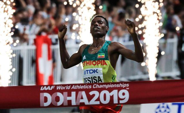 Lelisa Desisa zlato medaljo osvojil s časom 2:10:40. FOTO: Mustafa Abumunes/AFP