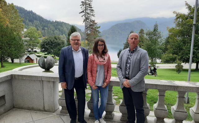 Župan Bleda Janez Fajfar, Bojana Lukan in Robert Klinar so prepričani, da bodo uresničili zastavljene načrte. FOTO: Janez Porenta