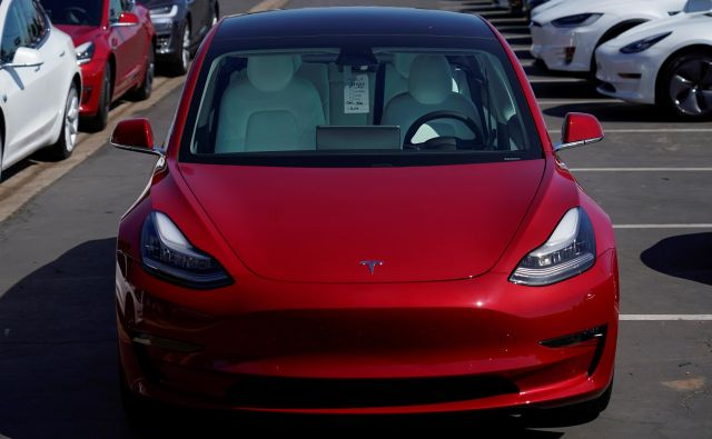 A new Tesla Model 3 is shown at a delivery center on the last day of the company's third quarter, in San Diego, California, September 30, 2019. REUTERS/Mike Blake Foto Mike Blake Reuters