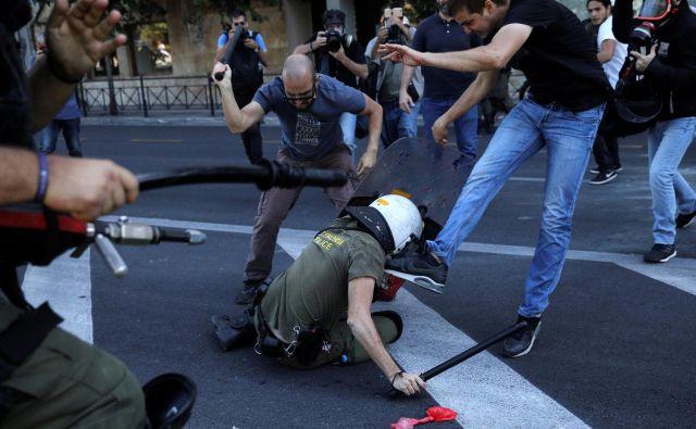 Grški protestniki sindikata PAME, so v Atenah napadli policiste med demonstracijami proti obisku ameriškega državnega sekretarja Mikea Pompea. FOTO: Alkis Konstantinidis/REUTERS