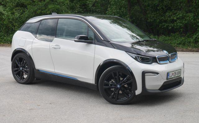 BMW i3 je tudi po šestih letih še vedno futuristično oblikovan posebnež, ki ni podoben nobenemu drugemu avtomobilu te bavarske znamke. Foto Boštjan Okorn