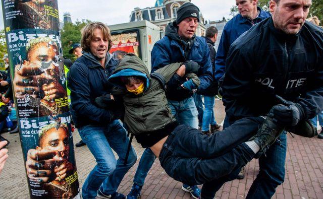 Po navedbah britanskega <em>BBC </em>je bilo v Amsterdamu aretiranih več kot 200 udeležencev podnebnega shoda. FOTO: Romy Fernandez/AFP