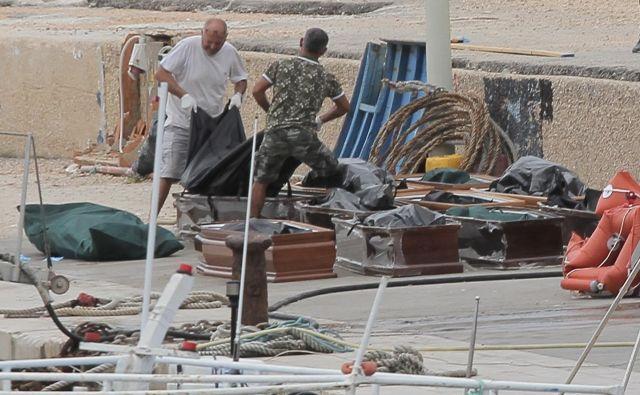 V času nesreče blizu Lampeduse je bilo vreme slabo, valovi pa visoki. FOTO: Reuters