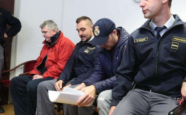 Filip Didović (na fotografiji v rdeči jakni) in nekdanji kriminalist Danilo Lavrinc nista priznala pečanja z drogo. FOTO: Dejan Javornik