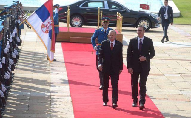 Turški predsednik Recep Tayyip Erdoğan srbskemu kolegu Aleksandru Vučiću gradi in sofinancira infrastrukturo. Foto STA