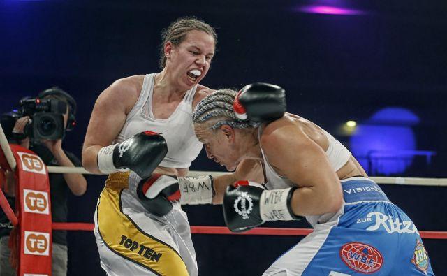 Ema Kozin (levo) je po točkah ugnala švedsko izzivalko Mario Lindberg. FOTO: Blaž� Samec