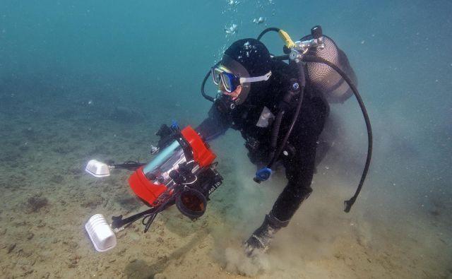 Raziskovalec med snemanjem življenja na morskem dnu Foto Tihomir Makovec