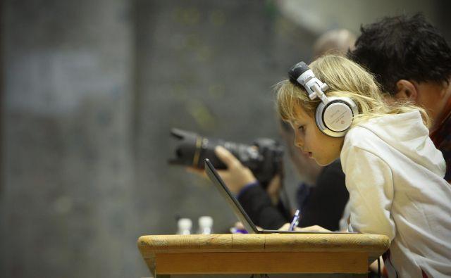 Vsaj na začetku preverjanja znanja angleščine, na primer na nacionalnih preizkusih znanja, bi lahko učencem z disleksijo dovolili, da bralne naloge rešujejo ob hkratnem poslušanju, menita raziskovalki. Foto Jure Eržen