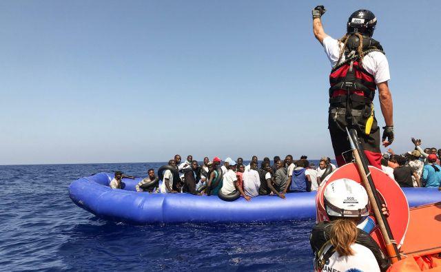 Reševanje migrantov na morju je v zadnjih mesecih potekalo kaotično, saj so bila italijanska pristanišča za ladje človekoljubnih organizacij zaprta. FOTO: Anne Chaon/AFP