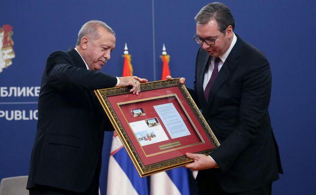 Srbski in turški predsednik Aleksandar Vučić in Recep Tayyip Erdoğan v Beogradu. FOTO: Oliver Bunic/AFP