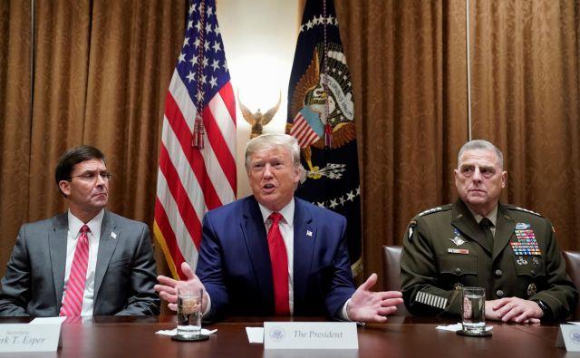 Ameriški predsednik Donald Trump z obrambnim ministrom Markom Esperjem in vojaškim poveljnikom generalom Markom Milleyjem.<br /> Foto Reuters