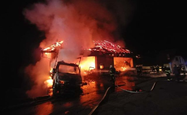 Gasilci so najprej branili bližnje stanovanjske objekte, nato pa aktivno gasili delavnico. FOTO: PGD Cerkno