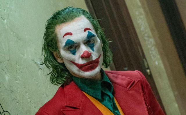 Phillipsov Joker je negativec, ki ga gledalec nujno ne obsoja, ampak lahko z njim celo sočustvuje, kar je za nekatere nesprejemljivo. FOTO: Niko Tavernise/Warner Bros