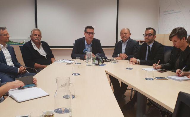 Koprski župan Aleš Bržan med istrskimi poslanci in novinarji. Foto: MOK