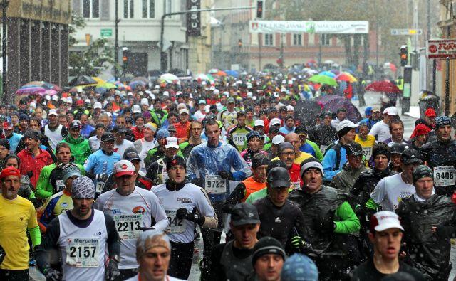 Maratonci med prvim kilometrom teka v srediscu Ljubljane. Foto: Matej Družnik/Delo