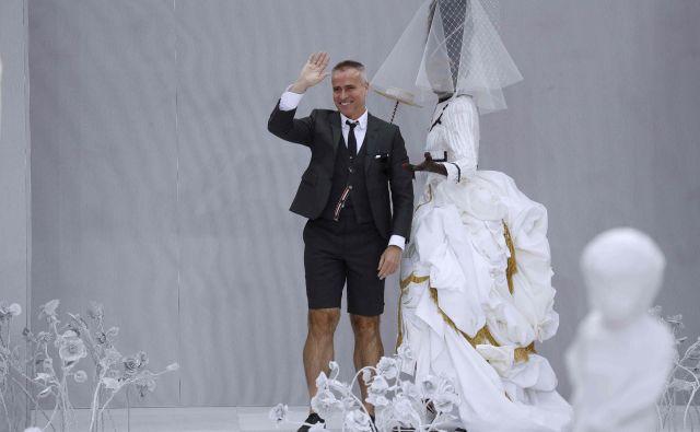 Thom Browne je v zadnjih petnajstih letih revolucionarno spremenil klasično moško obleko. Eden njegovih značilnih kosov so tudi bermuda hlače –in tudi sam jih pogosto obleče. Foto AFP