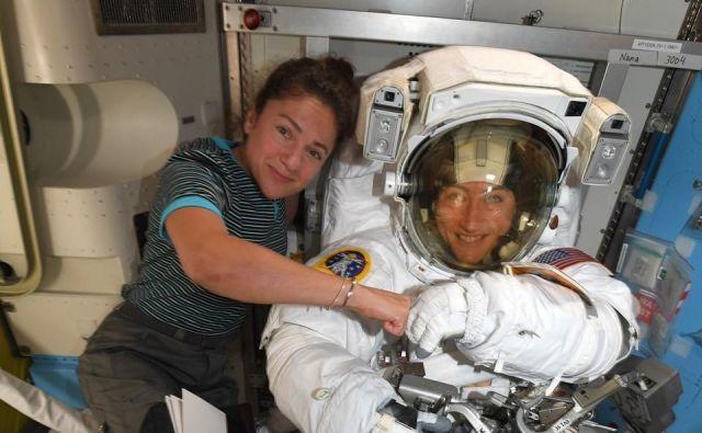 Za Jessico Meir (levo) bo to prvi vesoljski sprehod. Christina Koch je prvega opravila marca, v petek jo čaka drugi, 21. oktobra pa tretji in hkrati zgodovinski. Če se seveda ne bo kaj zapletlo... FOTO: Nasa