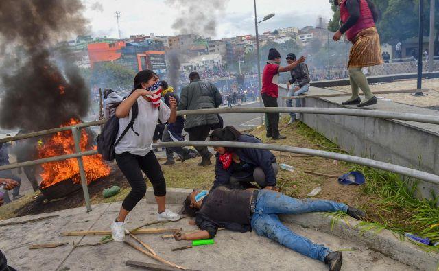 V Ekvadorju potekajo najhujši protesti v zadnjih letih, saj je na tisoče staroselcev na ulicah prestolnice Quito dvignilo glas zaradi visokih cen goriva in vladnih varčevalnih ukrepov. Nemiri so izbruhnili prejšnji teden, ko je predsednik Lenin Moreno razglasil, da bo odpravil subvencije na pogonska goriva, ki so državo stale 1,3 milijarde dolarjev letno. S tem se je gorivo podražilo za 120 odstotkov. Država je gorivo subvencionirala štiri desetletja. Vlada je v zameno od Mednarodnega denarnega sklada (IMF) dobila 4,2 milijarde dolarjev posojila.FOTO: Martin Bernetti/AFP