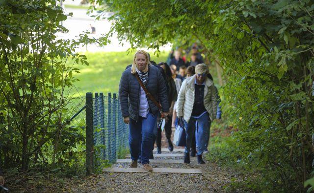 Po urejeni gozdni poti na Rožnik so udeležence otvoritve vodili strokovnjaki iz Krajinskega parka Tivoli, Rožnik in Šišenski hrib. FOTO: Jože Suhadolnik