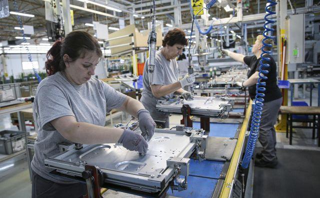 Okoli 1500 zaposlenih v obratu Gorenja v srbskem Valjevu je v torek za 24 ur ustavilo stroje. Foto Jože Suhadolnik