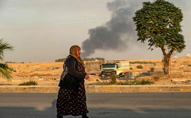 Prvih dan turške ofenzive je Ankara v severovzhodni Siriji praktično uporabila isto vojaško taktiko kot pozimi 2018, ko je z operacijo <em>Oljčna vejica</em> zasedla Afrin. Foto: Delil Souleiman/Afp